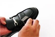 2. 本品を付属のスポンジに付け、靴の形に沿って薄く塗ります。